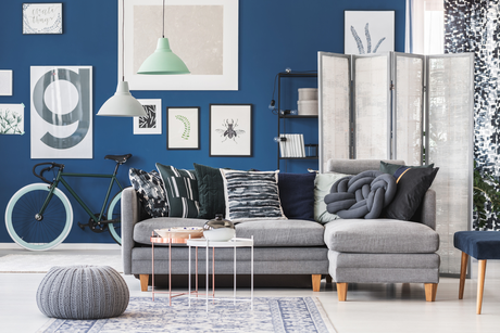 Quadros com diferentes tamanhos e sem muita preocupação com o espaçamento deixam o cômodo cheio de estilo