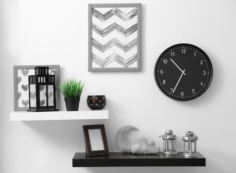 Na sala,você pode expor em prateleiras os objetos de decoração que você não tinha onde guardar