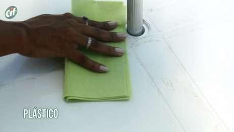 Aplique CIF Cremoso em um pano e passe no plástico