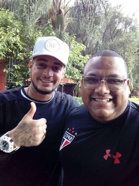 Jean posou para foto com um funcionário do São Paulo já dentro do CT tricolor, nesta sexta-feira.
