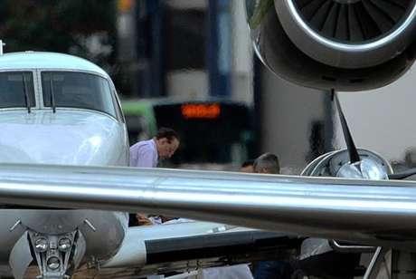 O deputado Paulo Maluf desembarca do avião da Polícia Federal