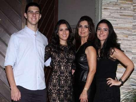 Fátima Bernardes curte Natal na companhia da família e dos filhos trigêmeos, Vinícius, Laura e Beatriz Bonemer