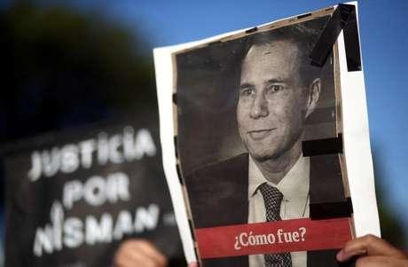 Mulher segura cartaz com foto de Alberto Nisman em Buenos Aires   18/1/2017     REUTERS/Marcos Brindicci