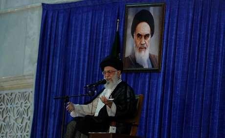 Líder supremo do Irã Khamenei durante cerimônia em Teerã 4/6/2017 TIMA via REUTERS