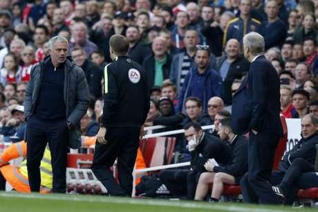 Mourinho e Wenger, em duelo entre United e Arsenal (Foto: AFP)