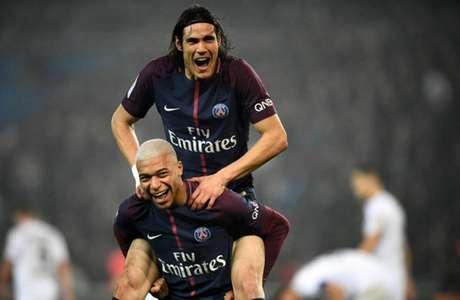 Mbappé comemora com Cavani (Foto: Franck Fife / AFP)