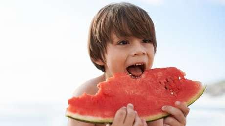 Ideal, segundo especialistas, é levar frutas de casa para a praia, ou verificar condições de acondicionamento em barracas e restaurantes | Foto: Thinkstock