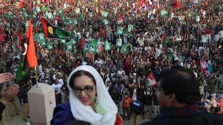 Bhutto momentos antes de ser assassinada durante comício   Foto: Getty Images