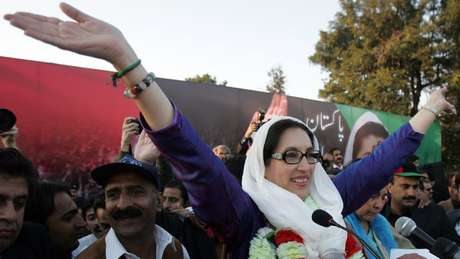 Benazir Bhutto no comício em que foi assassinada   Foto: Getty Images