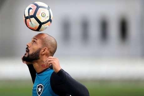Bruno Silva substitui tatuagem com nome da ex no pescoço