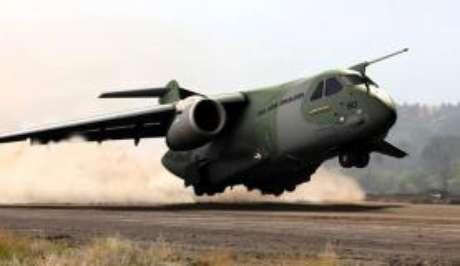 A Embraer investe na construção de aviões militares, como o cargueiro KC-390