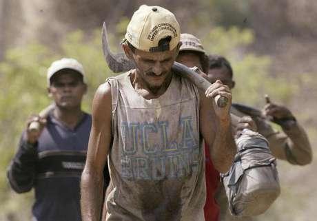 Trabalhador em condição análoga à escravidão volta a fazenda na bacia amazônica 22/09/2003 REUTERS/Rickey Rogers