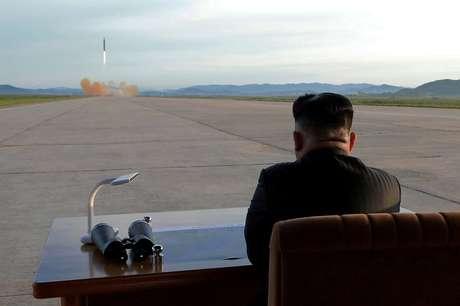 Em setembro o líder norte-coreano Kim Jong-un assistiu de sua mesa de trabalho a um dos vários testes nucleares e lançamentos de mísseis intercontinentais realizados pelo governo dele. Essas manobras têm motivado reiteradas sanções da comunidade