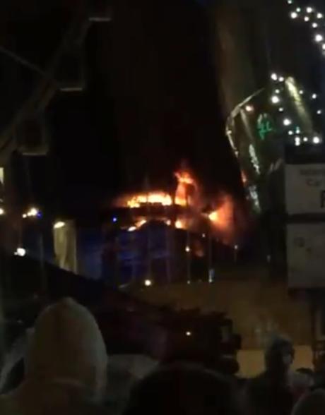 Incêndio destruiu estacionamento em Liverpool