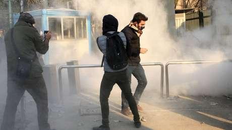 Protestos na Universidade de Teerã; onda atual de manifestações é comparável à ocorrida em 2009