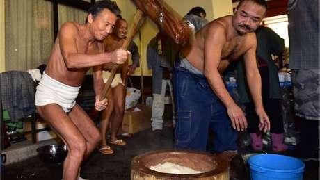 Japoneses preparam o mochi em Tóquio, socando e amassando o arroz cozido