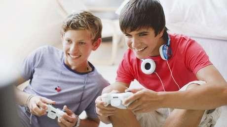 De acordo com pesquisa da Universidade de Oxford, meninos passam mais tempo jogando videogame do que meninas