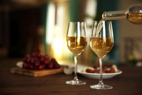 Duas taças com vinho branco