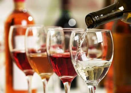 Taças com vinhos tinto e branco