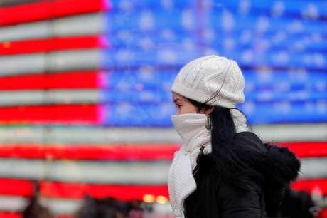 Pedestre usa casacos para se proteger do frio em Nova York, nos Estados Unidos 02/01/2018 REUTERS/Lucas Jackson