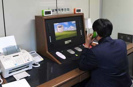 Agente sul-coreano checa linha de comunicação com Coreia do Norte no vilarejo de  Panmunjom, na Coreia do Sul 03/01/2018 Yonhap via REUTERS