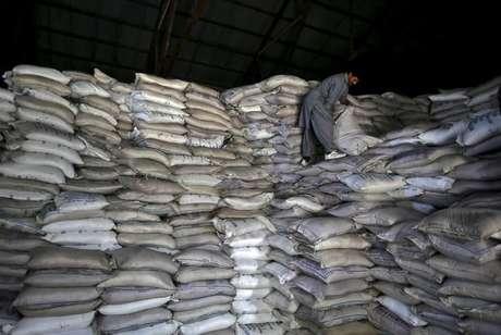 Trabalhador carrega sacas de açúcar em armazém do governo em Srinagar, na Índia 04/08/2015 REUTERS/Danish Ismail