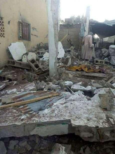 Destroços são vistos após ataque contra mesquita em Borno, na Nigéria 03/01/2018 REUTERS/Stringer