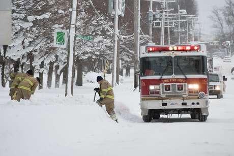 Bombeiros removem neve perto de hidrantes em Erie, na Pensilvânia 27/12/2017 REUTERS/Robert Frank