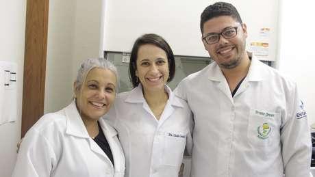 Antônia Franco (à esq.) diz que grupo busca por parceiros que tenham interesse em produzir creme em escala industrial | Foto: Luciete Pedrosa/Ascom Inpa