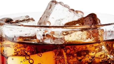 O experimento da BBC mostrou que quem optou pela bebida gasosa consumiu mais calorias do que quem preferiu as sem gás