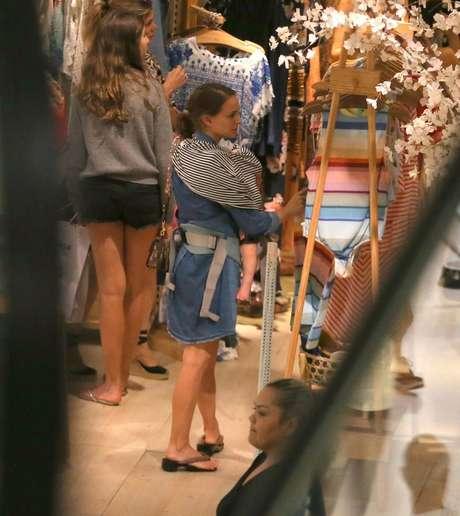 Natalie Portman passeia em shopping no Rio (Foto: AgNews)