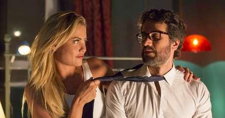 A esposa enganada Suzy (Ellen Rocche) e o marido enrustido Samuel (Eriberto Leão): a vida dupla será descoberta