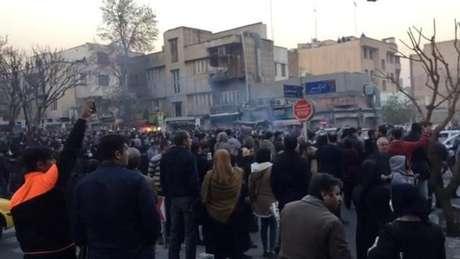 Manifestantes protestam em Teerã, no Irã 30/12/2017 Imagem retirada de vídeo/REUTERS