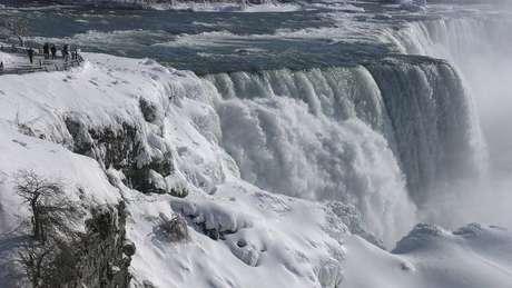 Até as Cataratas do Niagra congelaram