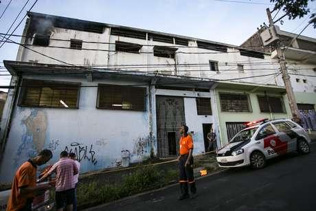 Incêndio atinge galpão da escola de samba Acadêmicos do Tucuruvi, na zona norte de São Paulo. De acordo com integrantes da agremiação, 75% das fantasias são confeccionadas no local.