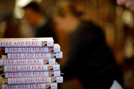 """Cópias do livro """"Fire and Fury: Inside the Trump White House"""", de Michael Wolff, em livraria em Washington 05/01/2018 REUTERS/Carlos Barria"""
