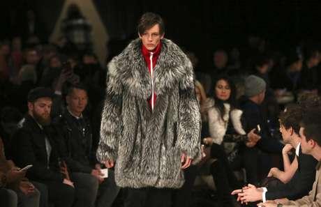 Modelo desfila pela Burberry na semana de moda masculina de Londres de 2016 11/01/2016 REUTERS/Neil Hall