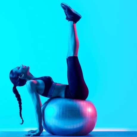 O pilates pode ser feito sem aparelhos sofisticados, com o uso de uma bola ou um colchonete no chão