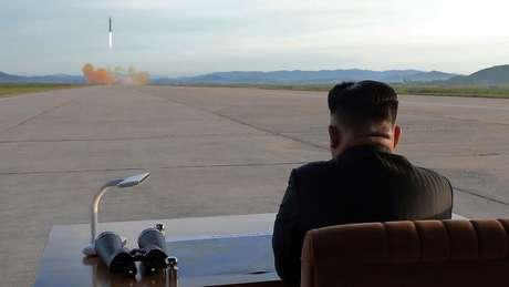 Kim Jong-un diz que pode atingir os Estados Unidos. Na imagem, ele supervisiona um teste balístico em data não especificada