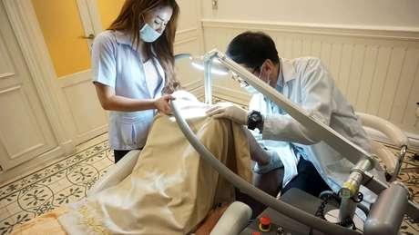 Autoridades alertaram que procedimento pode ser doloroso e deixar a pele manchada | Foto: LeLuxHospital