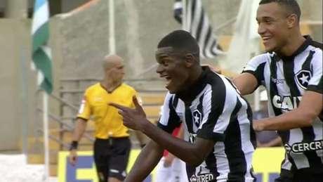 Ao lado do dono do jogo, Rodrigo comemora um dos sete gols (Foto: Reprodução)