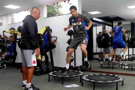 Anderson Martins realizou atividades físicas na manhã deste domingo (Foto: Paulo Fernandes/Vasco)