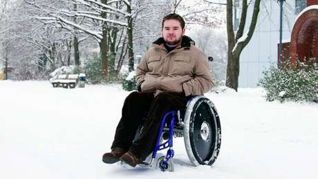 A doença afeta apenas homens e a expectativa média de vida é de 29 anos; acima, jovem com distrofia muscular