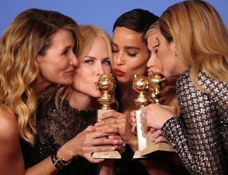 Laura Dern, Nicole Kidman, Zoe Kravitz, Reese Witherspoon e Shailene Woodley posam para fotos nos bastidores do Globo de Ouro 07/01/2018 REUTERS/Lucy Nicholson