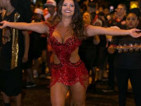Viviane Araújo começou o ensaio com cabelo solto e de salto
