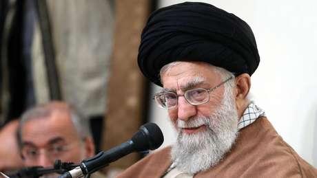 Desde 2016, o aiatolá Ali Khamenei critica a expansão do ensino de inglês às escolas primárias