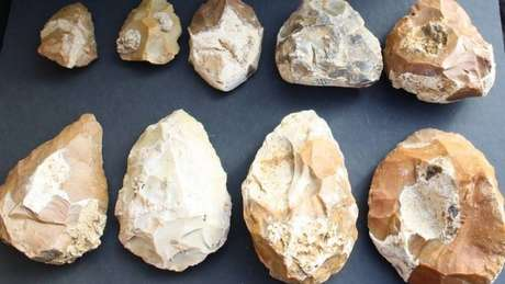 Pedras usadas pelo homem na Pré-história estão entre as descobertas feitas no local | Foto: Universidade de Tel Aviv
