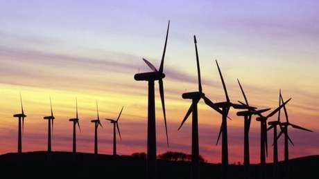 Parte da solução para diminuir o aquecimento global é a adoção de energias renováveis, como a eólica   Foto: Science Photo Library