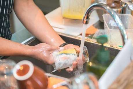 Quando for dar uma geral na louça a dica é começar pelos copos, que são mais fáceis de desengordurar