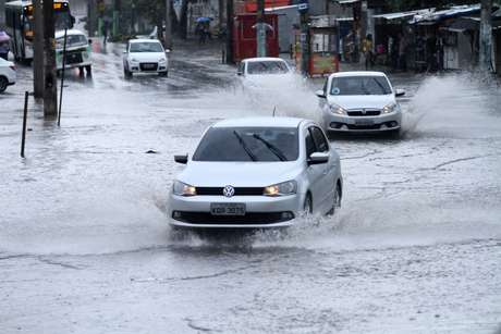 Chuva provoca alagamento no bairro de Higienópolis, próximo a Inhaúma, no Rio de Janeiro (RJ), na manhã desta segunda-feira (8).